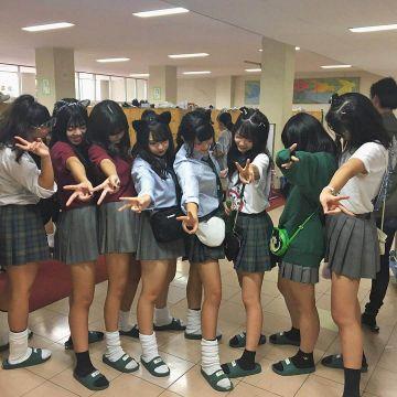 【画像】JKさん、友達に胸を擦り付けてしまうwwwwwww