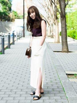 【画像】スカートのスリットが露出狂レベルのドスケベ女www