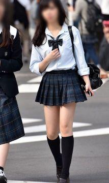 【画像】女子高生さん、制服の面積が少なめでドスケベすぎるwwwwwww