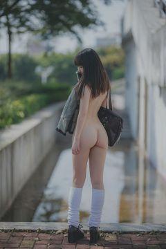【画像】JKさん、制服を着忘れて裸に・・・