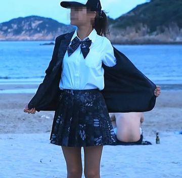 【画像】女子高生が教室でスカートとパンツを脱がされイジメられてしまうwwww