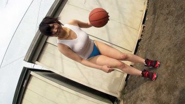 【GIF】ノーブラでバスケする巨乳女さんの乳揺れがエチエチすぎるwwww