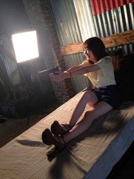 【画像】まんさん、いくらなんでも銃の構え方が酷過ぎるwwwwwww