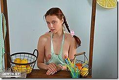 かわいいベラルーシ出身のヌードモデル、Kim のピンク乳首ヌードwww