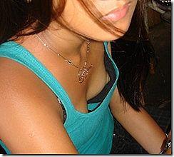胸元が開いて胸ちらして、乳首が見えてるエロ画像www