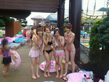 【SNS】プールで見る水着素人娘がエロすぎる画像