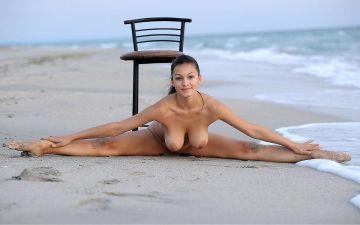 軟体女子が180度大開脚してる外国人ヌードエロ画像30枚