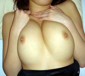 乳寄せして巨乳アピールしてる女のエロ画像30枚