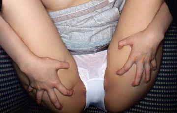 チンコをド直球に刺激してくるM字開脚女子のエロ画像25枚