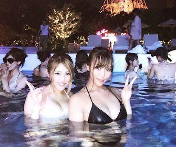 【ナイトプールエロ画像】モデル級のリア充美女たちの水着姿を堪能…これは男の楽園だね!