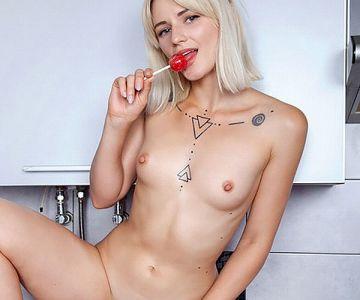 ウクライナ美少女 敏感そうな微乳の勃起乳首エロ過ぎ