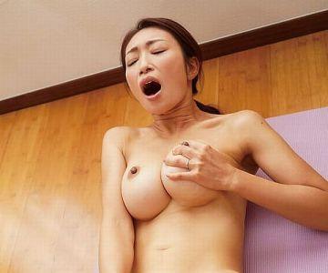【小早川怜子】ときめきに飢えたヨガ講師奥様!悩ましい巨乳ボディに興奮した生徒に告白されて他人棒に堕ちてしまう