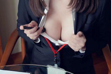 スーツ姿で誘惑するえっちなお姉さんのエロ画像