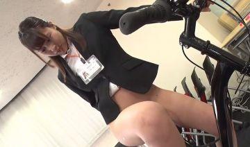 """商品発表会""""の担当になってしまった為に、自分のお尻に様々な器具を挿入したり、浣腸をしながら業務のために奮闘する 桜庭洋子"""