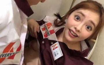 コンビニで働く小倉さんのまんことおっぱいを遊び道具にして、ひたすらふざけまくる 小倉由菜