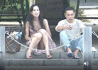 座ったらM字開脚でスカートの中が丸見えハプニング!