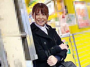 駅のホームでナンパを拒否ったら電車で痴〇されて精子ぶっ掛けられたお嬢さん