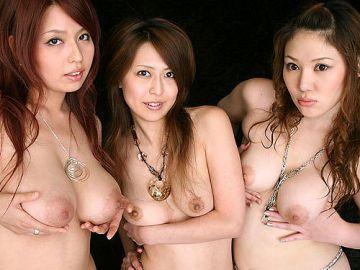 3人揃ってみんなおっぱい丸出しだから全部揉みたくなって困っちゃうエロ画像