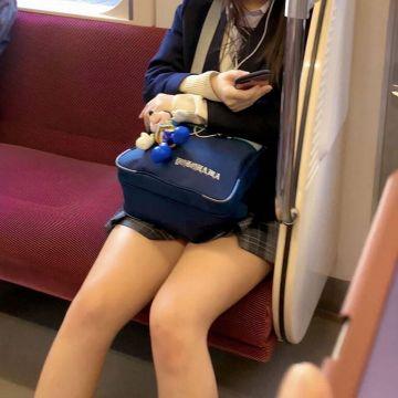 【画像】バスにめっちゃ可愛い女子高生がいたwwww
