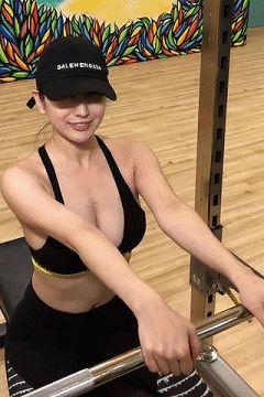 【画像】まんさん、ルームランナーで揺れすぎて乳を盛大に露出してしまう