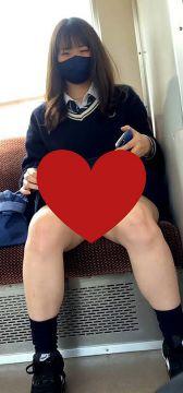【朗報】JKさん、電車でパンツを見せつけてしまう