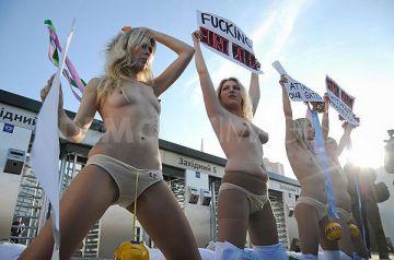 【超画像】美女大国ウクライナで全裸で抗議を始めるフェミニスト団体が警察と激突する