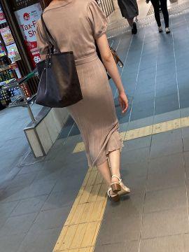 【画像】下着透け透けのワンピースで街歩いてるまんさんって自覚あるん?