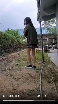 【動画】JKさん、屋外でアナルビーズを引き抜いてしまう