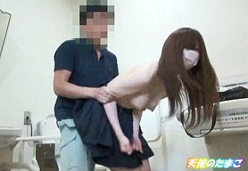 【無・個撮】黒髪清楚JKを公衆トイレに連れ込みバックで生ハメセックスw