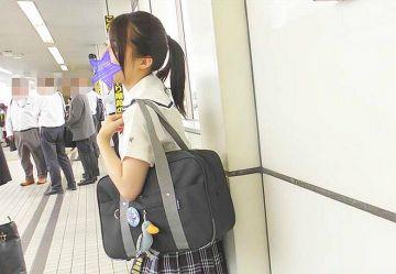 【電車チカン】制服ポニテJKのデカ尻を電車内でまさぐり潮吹き手マン!