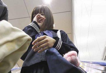 ‹電車チカン›アイドル顔の黒髪ボブカットが可愛い制服美少女JKを手マン&中出しレ○プ…