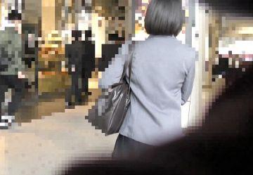 ‹電車チカン›黒髪ショートの清純アイドル系JKちゃんの純白パンツに指を入れウブなワレメを手マンwww