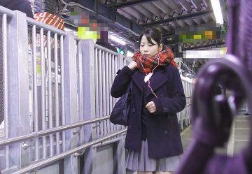 ‹電車チカン›制服姿が最高にカワイイ黒髪ポニテJKを手マンしたら半泣きで連続イキしちゃったwww
