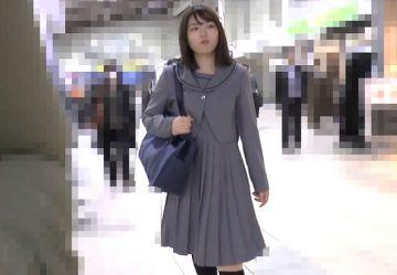 ‹電車チカン›私立女子高の制服を着た清楚JKちゃんの美尻を弄りオマンコを手マン責めwww