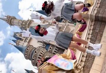 ‹盗撮›夢の国で自撮り撮影するロリJKちゃん2人の無防備パンツを逆さ撮り!