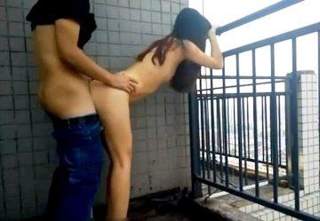 ‹無・個撮›露出狂の変態娘が周りから丸見えのベランダで彼氏とセックス&フェラチオご奉仕w