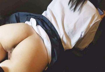 ‹無・個撮›スマホに夢中の制服ロリJKのスカート&下着を脱がしてオマンコ弄りwww