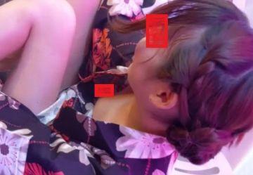 ‹盗撮›オタク受けしそうな黒髪カワイイ浴衣姿の女子K生がスマホに夢中になっている隙きに胸チラ隠し撮り!