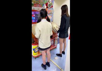 ‹盗撮›ゲーセンで太鼓の○人を遊んでいるミニスカJKの制服スカートを後ろからめくるチカンプレイww