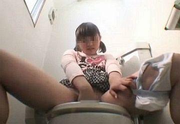 ‹盗撮›一人エッチを発見してしまったマセガキJS少女がトイレでオナニーして本気アクメ!