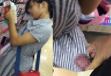 ‹無・個撮›ブ○クオフで立ち読み中のC学生に精子ぶっかけるイカれた男が発見されるwwww