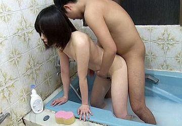 ‹近親相姦›「お兄ちゃん出てって!!お母さん呼ぶよ!」生意気なロリ妹を風呂場で中出しレ○プw