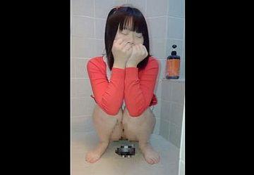 ‹閲覧注意›まだ幼いC学生少女が手で顔を隠して恥ずかしがりながらおしっこするスマホ撮影動画…