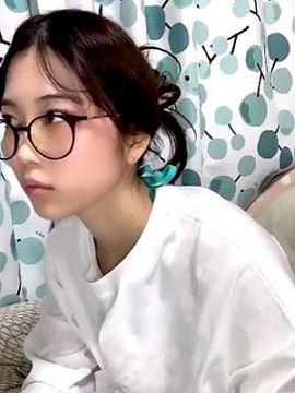 【動画あり】巨乳ゲーマーの彼女がダルそうにおっぱい見せてくれる動画がエロい