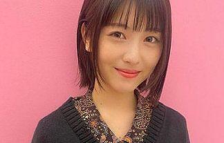 【画像】女優の浜辺美波(21)の写真集告知動画がノーブラおっぱいに見えすぎwwww