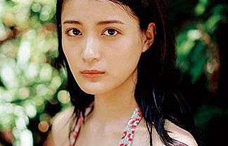 【画像】元欅坂46・織田奈那(23)が1st写真集で披露する谷間おっぱいエロすぎwwww