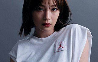 【画像】女優・広瀬すず(23)さん、白のタンクトップ姿でも巨乳おっぱいを強調してしまうwww
