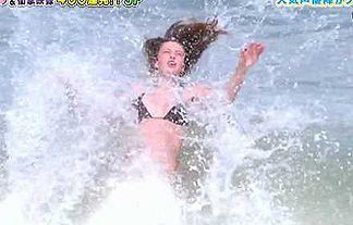【画像】世界丸見えで潮まみれになった外人美女wwwwww
