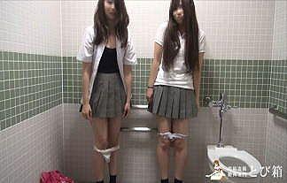 多目的トイレで女子○生2人組にフェラをさせる映像があまりにもヤバ過ぎるwwwwwwww