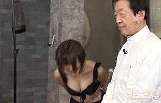 【ビーチ9】セクシー女優・吉良りんが黒の水着姿でお辞儀をした時の谷間おっぱいがエロすぎwwwwww